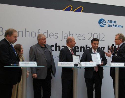Elmar Hirsch (Bahnhofsmanager Aschaffenburg) und Oberbürgermeister Klaus Herzog (SPD) erhalten eine Urkunde für die vorbildliche Gemeinschaftsleistung bei der Planung und dem Neubau des Aschaffenburger Bahnhofs.