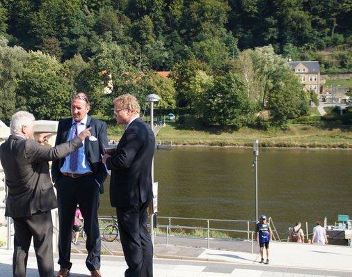 Jury-Mitglied Dirk Flege im Gespräch mit Bürgermeister Andreas Eggert