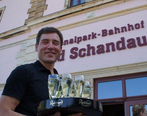 Marcus Ziegler vom Biosphaire-Regiomarkt verteilt Sekt an die Gäste.