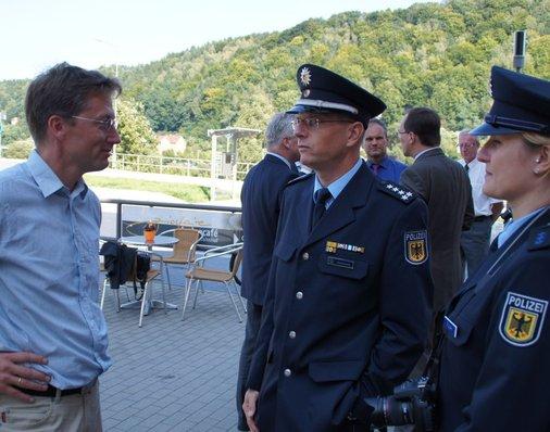 Pressesprecher Hanspeter Mayr im Gespräch mit Sven Jendrossek und Nadine Rudek von der Bundespolizeiinsepktion Altenburg.