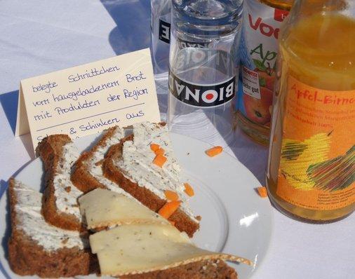 Der Biosphaire-Regiomarkt versorgt die Gäste mit frisch gebackenem Brot und Produkten aus der Region.