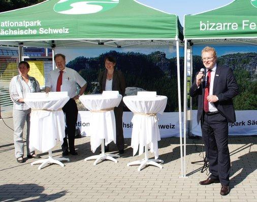 Dirk Flege, Geschäftsführer der Allianz pro Schiene, begrüßt die Ehrengäste auf dem sanierten Bahnhofsvorplatz.
