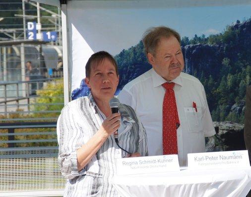 Am Mikrofon die stellvertretende Bundesvorsitzende der NaturFreunde Deutschlands Regina Schmidt-Kühner