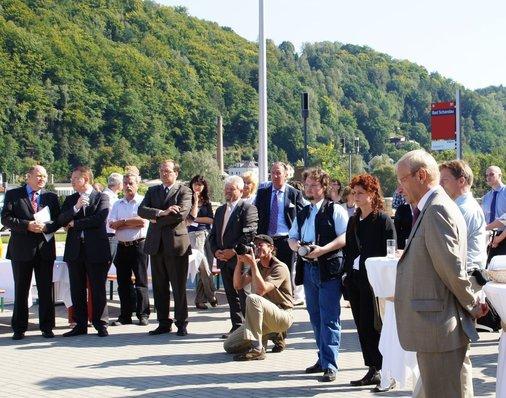 Umringt von Wäldern, Schrammsteinen und der Elbe lauschen die Ehrengäste der Würdigung des Nationalparkbahnhofs.
