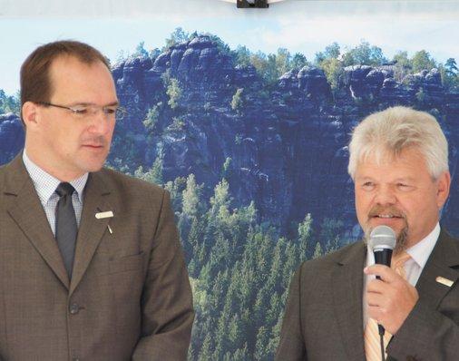 Bürgermeister Andreas Eggert erklärt, was die Stadt bewogen hat, das Schicksal des Bahnhofs selbst in die Hand zu nehmen.