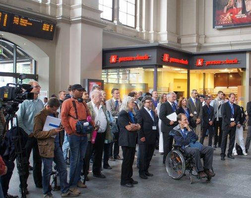 Gäste im Bahnhofseingang