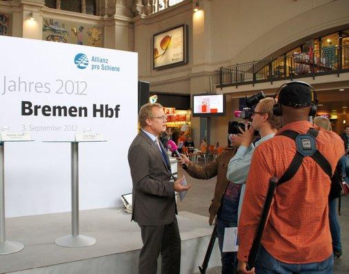 Dirk Flege gibt Interviews für die Presse