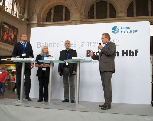 Dirk Flege, Geschäftsführer der Allianz pro Schiene und Jury-Mitglied, begrüßt die Ehrengäste und Pressevertreter im Bremer Hauptbahnhof.