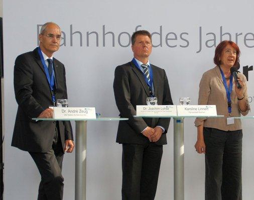 Auf der Bühne Bürgermeisterin Karoline Linnert (B90/Die Grünen) , André Zeug, Vorstandsvorsitzender von DB Station&Service und Verkehrssenator Joachim Lohse (B90/Die Grünen).