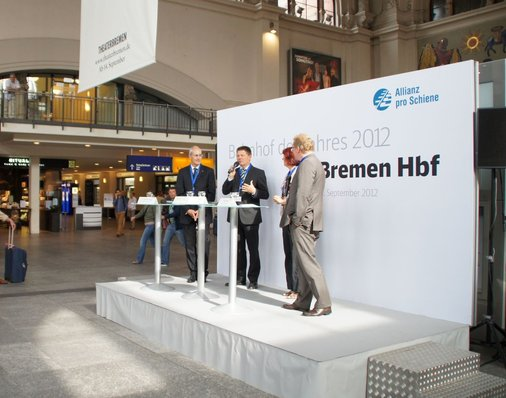 Joachim Lohse (B90/Die Grünen), der Bremer Verkehrssenator ergreift auf der Bühne das Wort