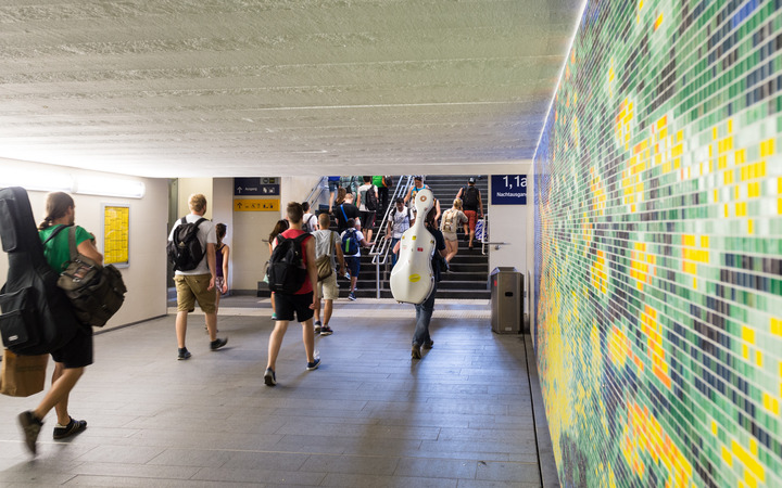 Bunte Unterführung zu den Gleisen des Marburger Bahnhofs