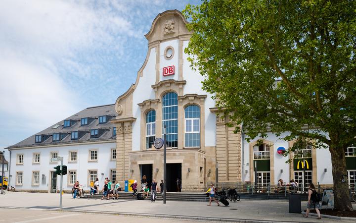 Eingang des Marburger Bahnhofs.