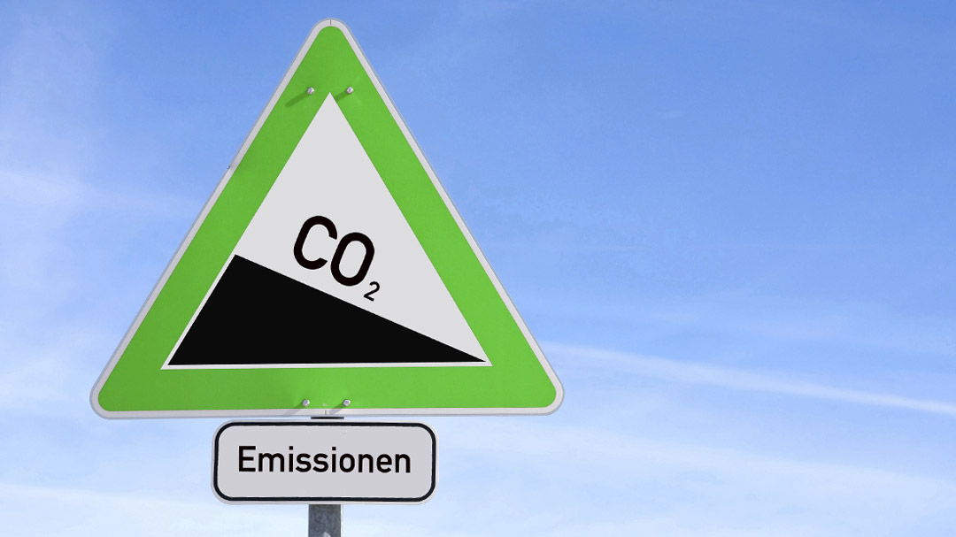 grünes Verkehrsschild mit Co2