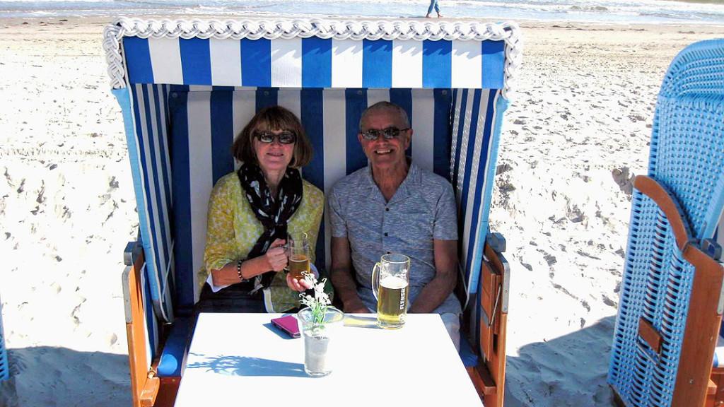 Strandkorb mit Susan Gill und ihrem Mann
