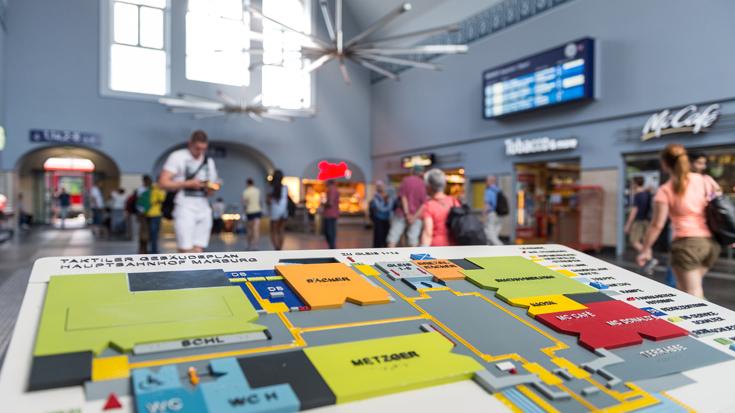 Die Bahnhofshalle im Bahnhof Marburg (Lahn): Ein Lageplan zeigt, wo es lang geht