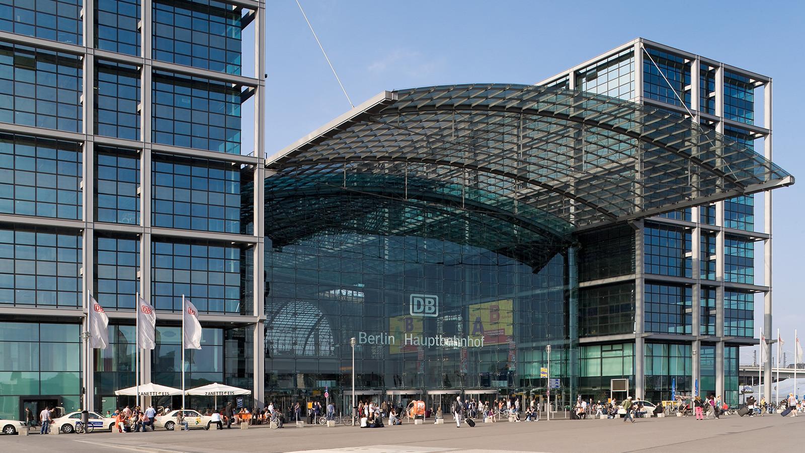 Berlin Hauptbahnhof: Moderner Bahnhof mit viel Platz und Glas