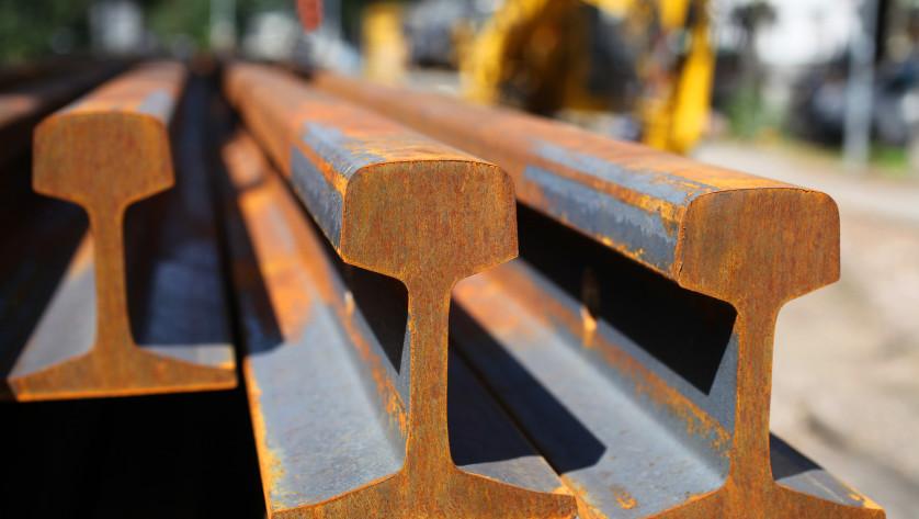 Das Schienennetz muss wachsen: Neue Schienen kurz vor dem Einbau.