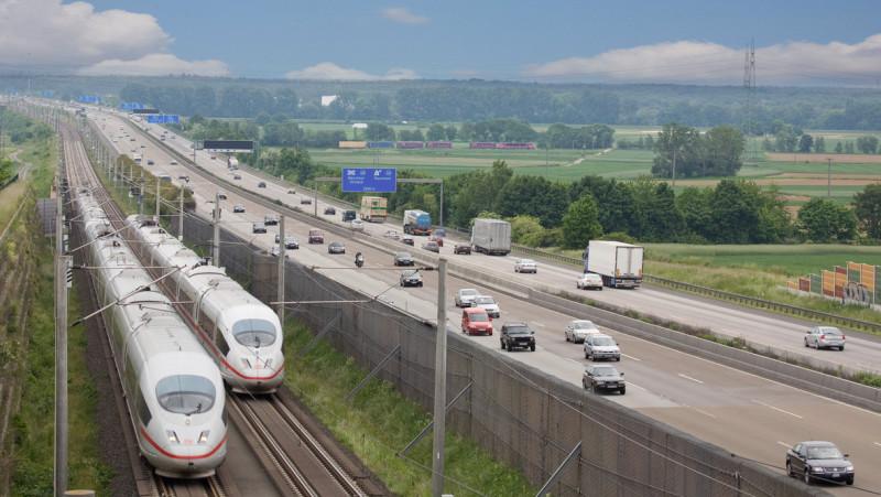 Beim Fernverkehr hat die Bahn die Nase vorn: Der ICE 3 auf einer Schnellfahrstrecke bei Frankfurt am Main