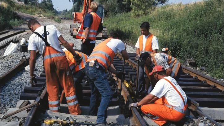 Um das Schienennetz fit zu machen für mehr Verkehr, bedarf es ausreichender und kontinuierlicher Investitionen in Erhalt und Ausbau des Schienennetzes.