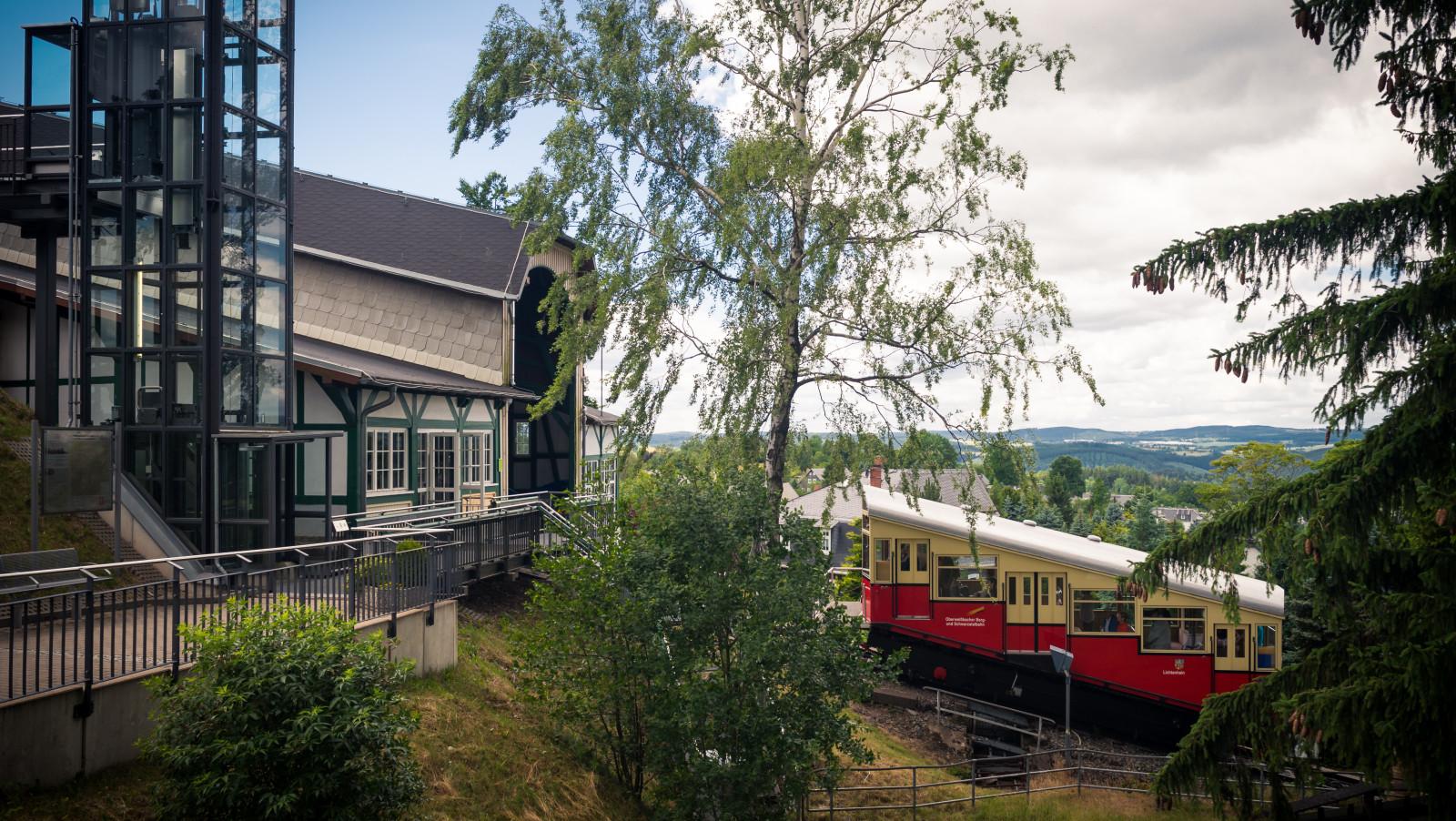 Die Bergbahn durch den Schwarzwald fährt vom Bahnhof Obstfelderschmiede zum Bahnhof Lichtenhain .