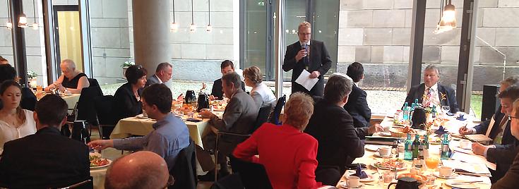 Geschäftsführer Dirk Flege spricht mit den Abgeordneten über den Entwurf des Bundesverkehrswegeplans 2030
