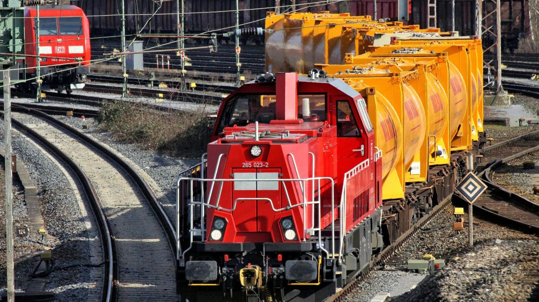 Im Paderborner Güterbahnhof werden Container mit Zement transportiert