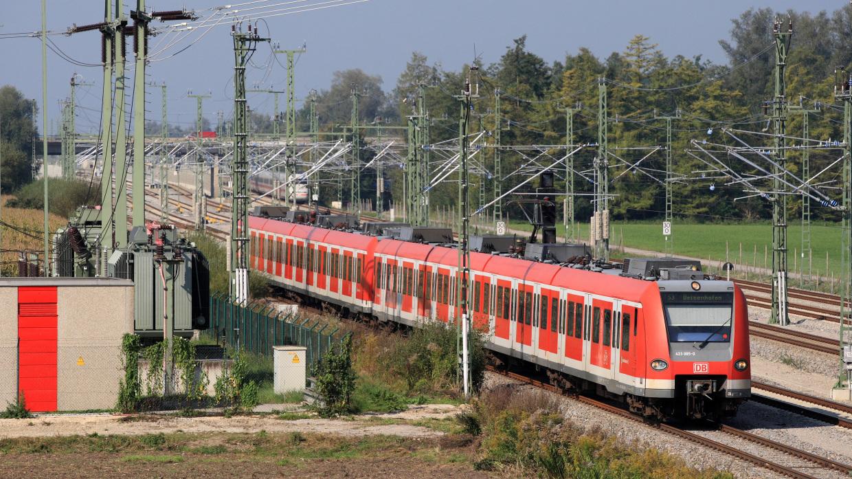 Abgeschlossene Elektrifizierung einer Bahnstrecke: Strom ist für das Bahnnetz unverzichtbar, die Eisenbahnunternehmen zahlen eine Stromsteuer: Dieser mit Strom angetriebene Triebwagen fährt auf der S-Bahn-Linie 3 zwischen München und Holzkirchen