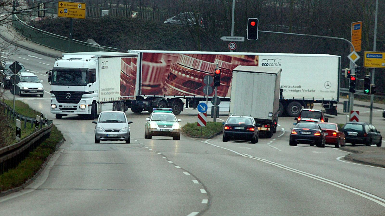 Albtraum auf der Kreuzung: Auch nach fünf Jahren Riesen-Lkw-Test wollen sich die Autofahrer nicht an den Anblick gewöhnen. Laut Forsa sind 72 Prozent der Deutschen gegen Gigaliner.