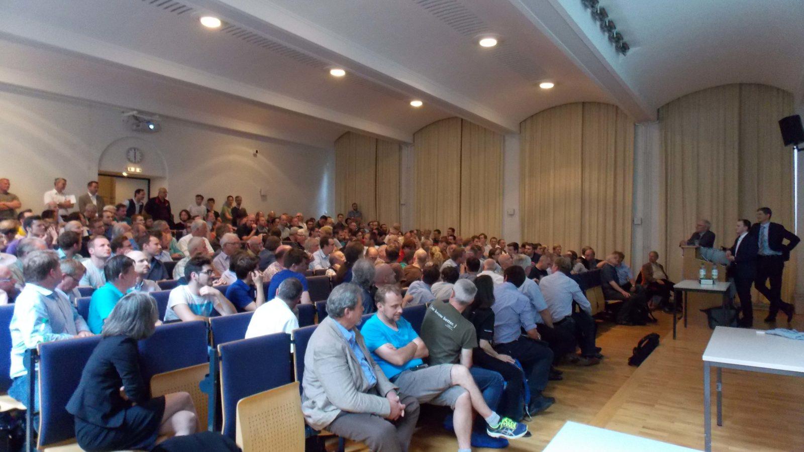 Voller Hörsaal: Zur Präsentation der Baureihe 482 der Berliner S-Bahn Ende Juni kamen nicht nur die Studenten. Auch externe Besucher füllen die Reihen im Fachgebiet Schienenfahrzeuge der TU Berlin.