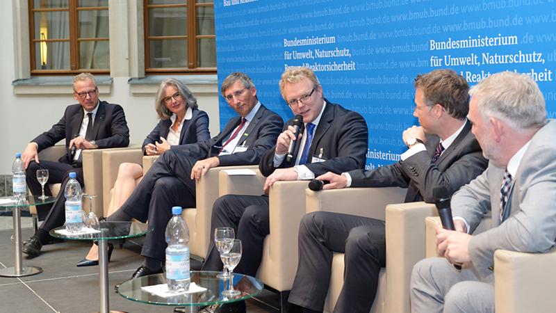 Der Klima Dialog ist gestartet: Axel Kröger, Susanne Henckel, Dr. Thorsten Bieker, Dirk Flege, Andreas Gehlhaar und Jochen Flaßbarth bei der Podiumsdiskussion