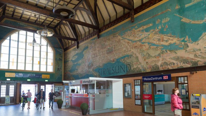 Imposantes Gemälde in der Bahnhofshalle: Der Bahnhof Stralsund ist Bahnhof des Jahres 2016