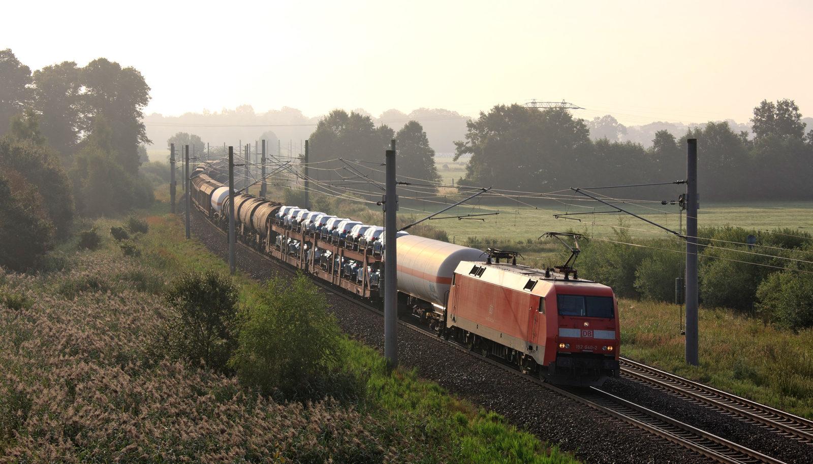 Ein Güterzug in Standardlänge von 740 Metern ersetzt 52 Lkw. Das UBA springt jetzt den Güterbahnchefs bei. Auch die Verkehrsminister debattieren in Stuttgart die Vorteile eines Netzausbaus.