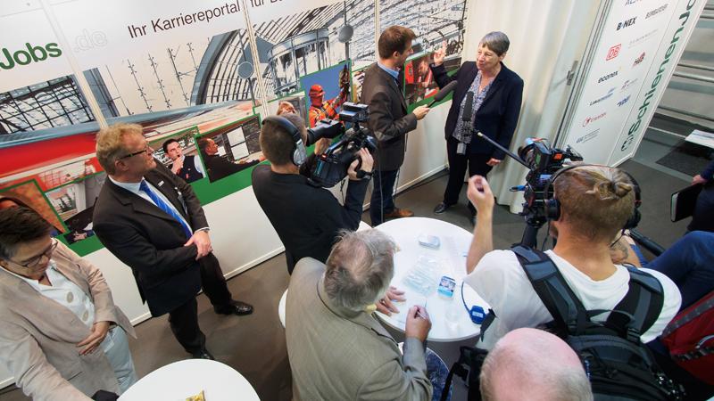 Bundesumweltministerin Barbara Hendricks am Stand von SchienenJobs.de auf der InnoTrans 2016