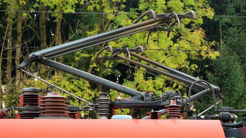 Elekztrifizierung: Über die Oberleitung wird der Zug mit Strom versorgt