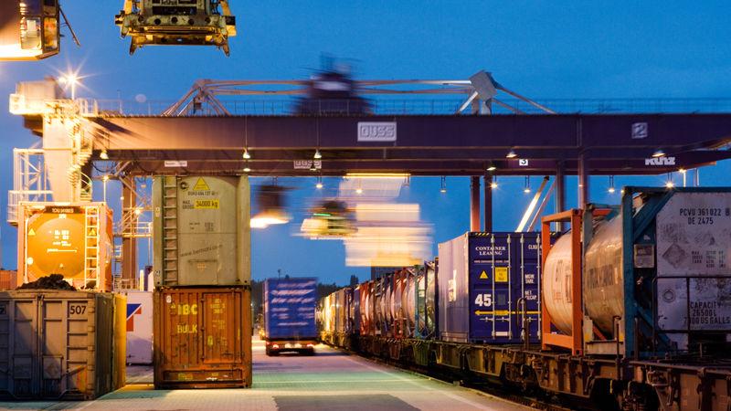Verkehrsverlagerung im DUSS-Terminal Duisburg - Ruhrort Hafen: Hier werden Güter vom Lkw auf den Zug geladen und umgekehrt