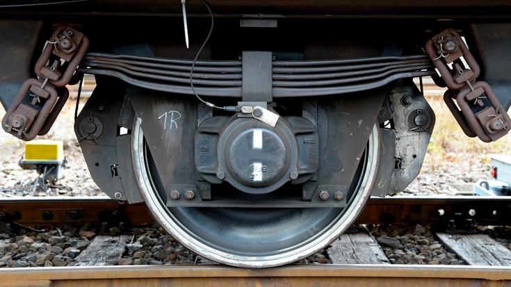 Ein Rad eines Güterwaggons mit einer Flüsterbremse (LL-Sohle)