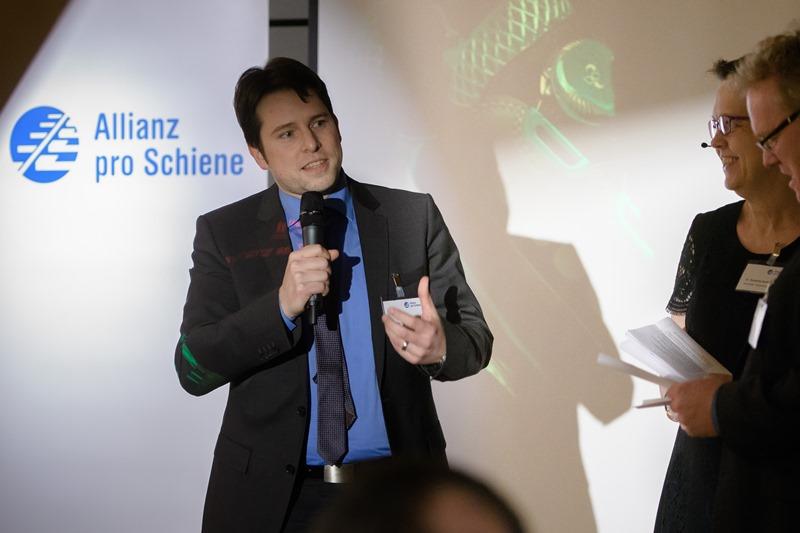 Michael Huth referiert über die Sicherheitsschue von Louis Steitz Secura - und trägt das neueste Modell selbst an seinen Füßen