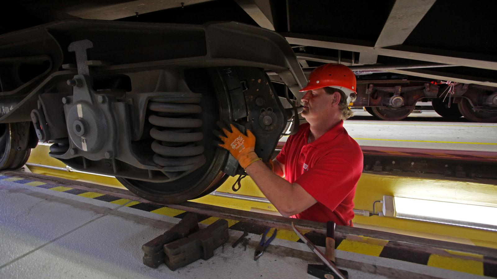 Ein Güterzug wird auf leise Bremsen umgerüstet. Das kostet die Güterwagenhalter Geld. Sie erwarten daher von dem Gesetz , dass es laute Güterwagen ausschließt. Beim kompletten Verbot lauter Güterwagen jedoch stellt sich die EU quer.