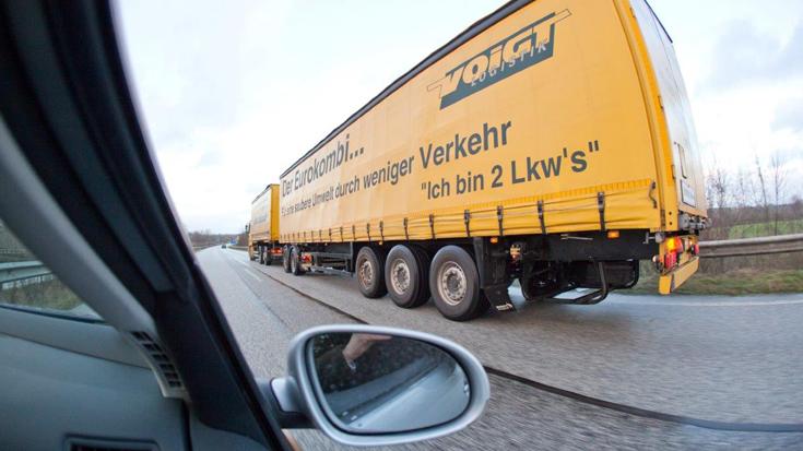 Ein Auto überholt einen Lang-Lkw / Gigaliner: Das kann dauern