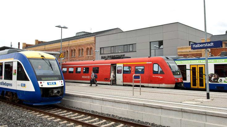 Eisenbahnmarkt: Verschiedene Nahverkehrszüge am Bahnhof Halberstadt