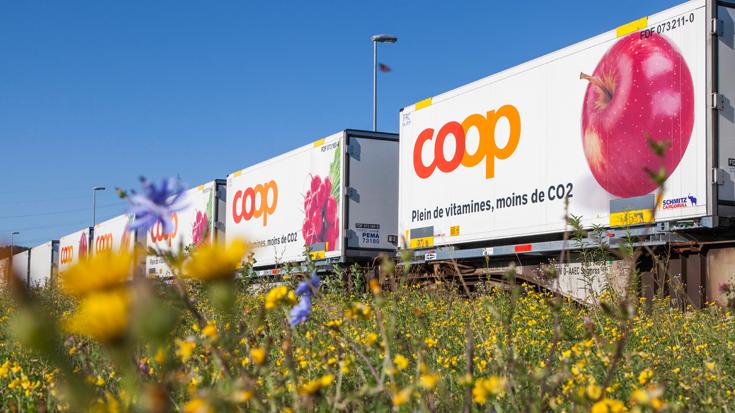 Die Nachhaltigkeitsstrategie von Coop: Der Güterzug beliefert die Verteilerzentren, dann übernimmt der Elektro-Lkw.