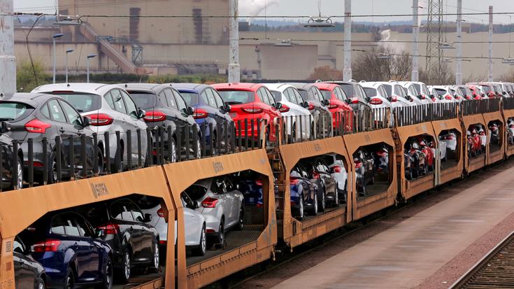 Mit dem Autozug verlassen die Wagen das Ford-Werk