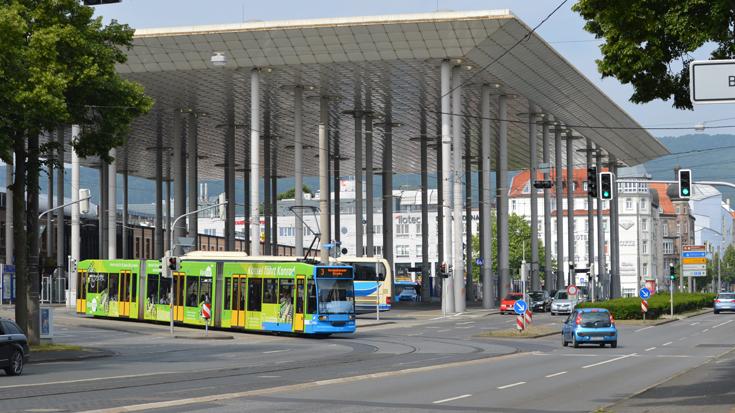 Eine Straßenbahn in Kassel am Bahnhof Wilhelmshöhe: Dank VERONIKA werden die Ampelphasen hier genauer