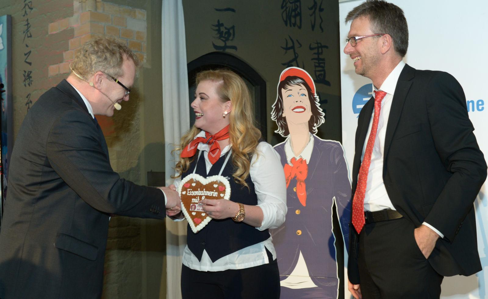 Die Preisträgerin aus Baden-Württemberg: Saskia Schönlebe (AVG) mit Jury-Mitglied Frank Zerban (rechts)