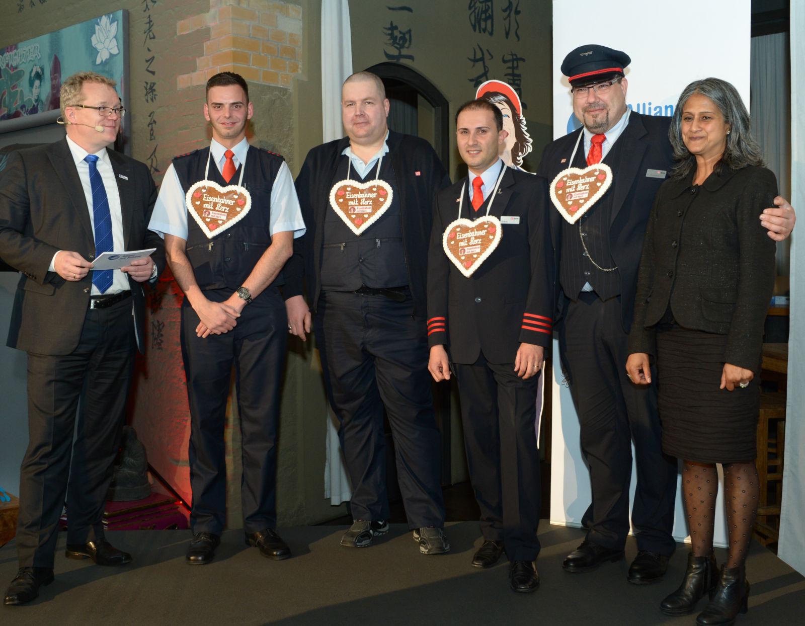 Gruppenbild der Landessieger der Deutschen Bahn mit Dirk Flege und Jury-Mitglied Virginia Monteiro. Von links nach rechts: Kevin Grün, Sven Krolikowski, Alexander Rezek und Heiko Schmidt-Dworschak