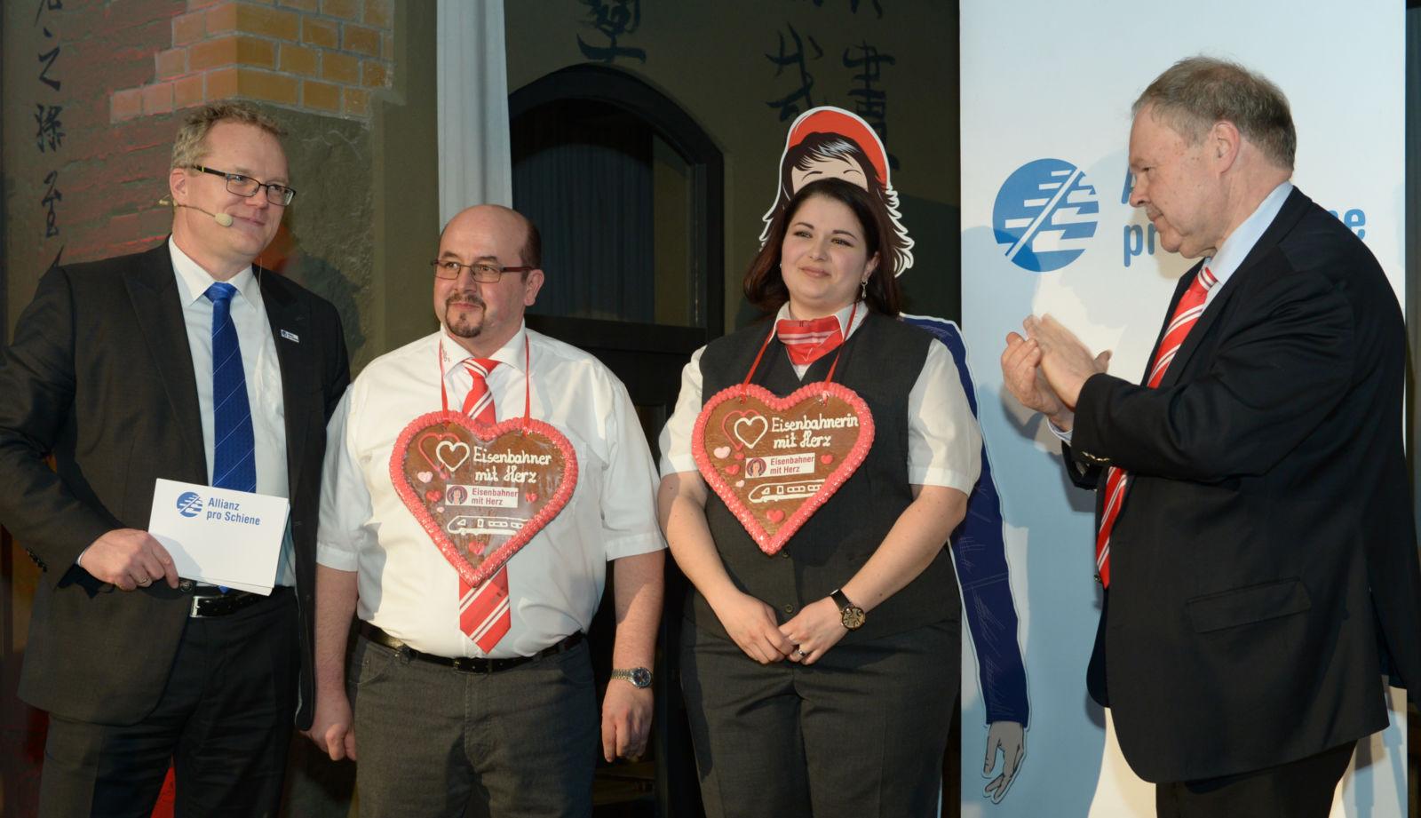 Die Gold-Sieger: Dirk Lotte und Maria Voigt mit Allianz pro Schiene Geschäftsführer Dirk Flege (links) und Jury-Mitglied Karl-Peter Naumann (rechts)