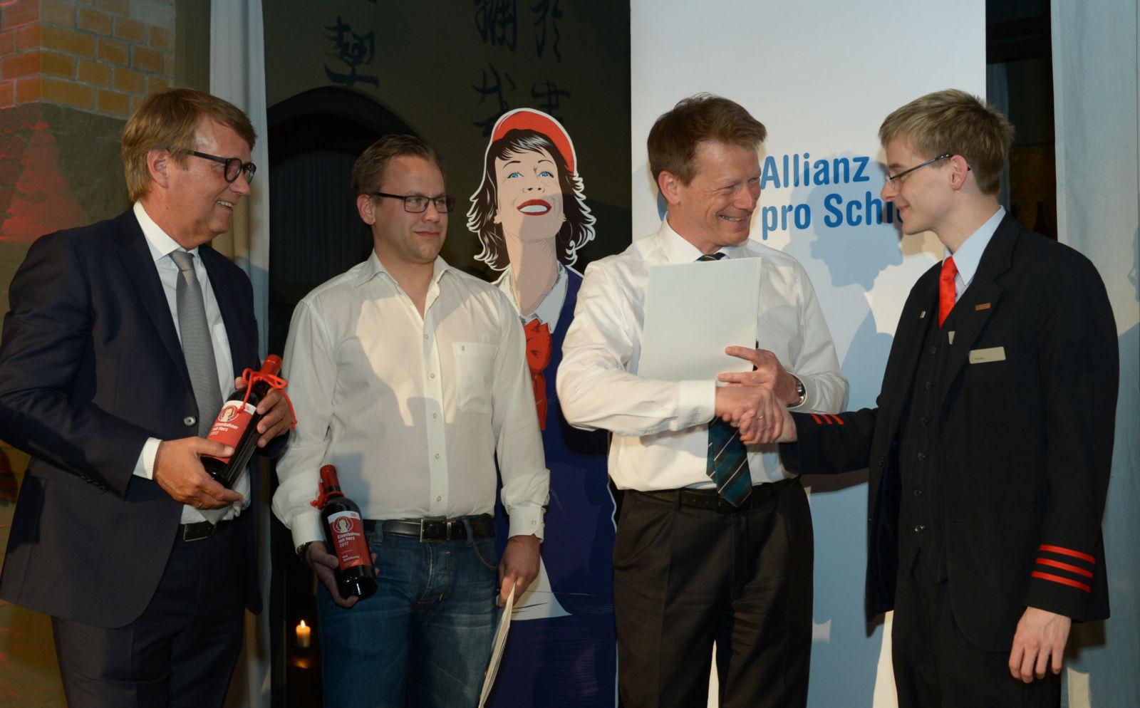 Bringt alle Fahrgäste sicher an ihr Ziel: Bahnchef Lutz gratuliert Zugbegleiter Christian Mainka