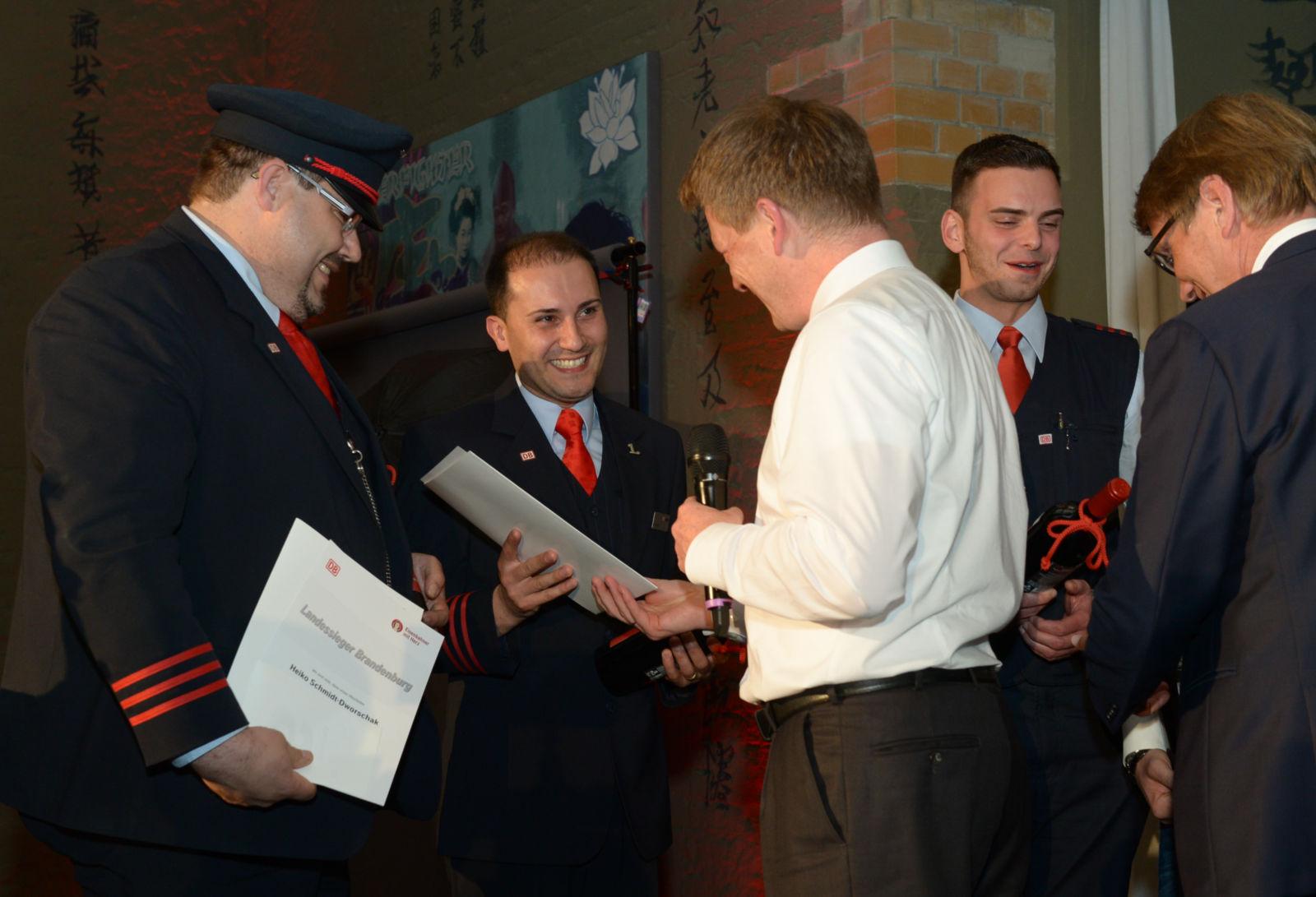 Löst wahre Begeisterungsstürme aus: Dr. Richard Lutz überreicht die Siegerurkunde an Zugbegleiter Alexander Rezek