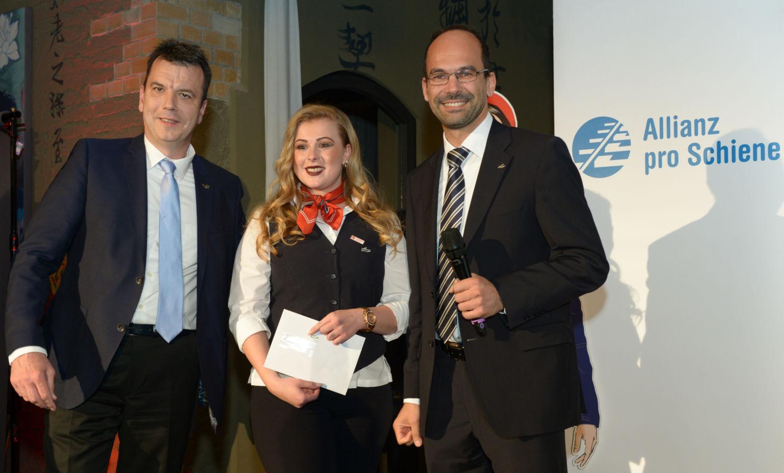 Preisträgerin Saskia Schönlebe mit Daniel Sartorius und Markus Weineich von der AVG