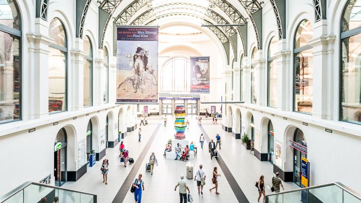 Der Bahnhof Dresden: Blick von der Lounge in die Bahnhofshalle.